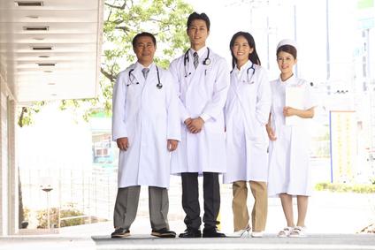 患者を見送る医者と看護師