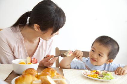 朝食中の母親と息子