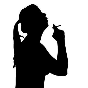 タバコを吸う女性のシルエット
