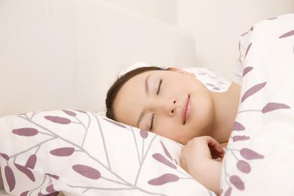 ベッドで眠っている女性