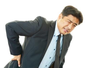 腰痛を訴えるビジネスマン