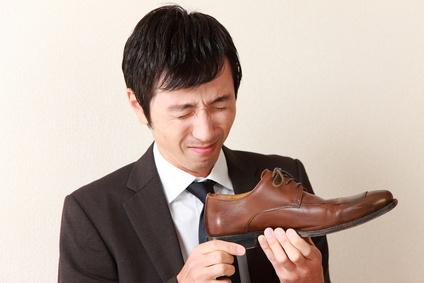革靴の悪臭に辟易するビジネスマン