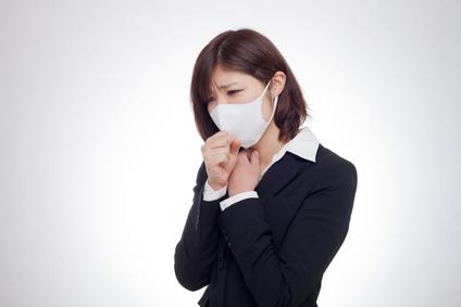 咳が止まらない女性