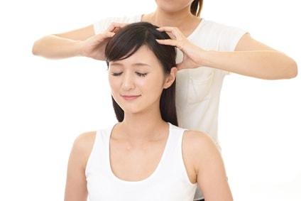 頭皮マッサージをされる女性
