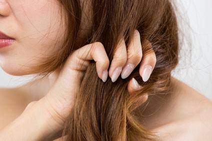 髪のダメージがある女性